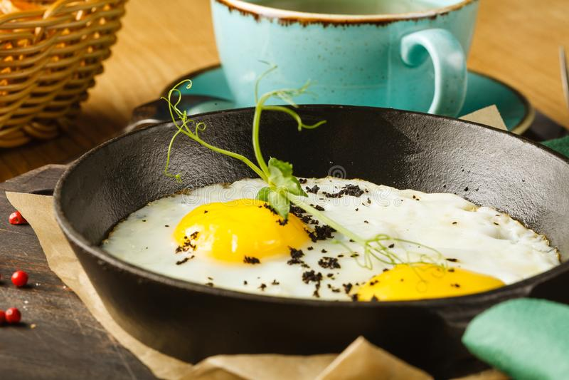 Wyśmienicie śniadanie rozdrapani jajka z kiełbasą w restauracji obraz royalty free
