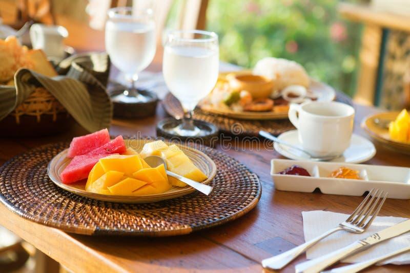 Wyśmienicie śniadanie z owocowym wyborem i kawą zdjęcia stock