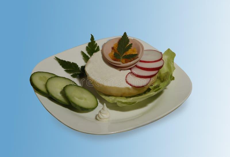 Wyśmienicie śniadaniowi świezi warzywa i crispy babeczka zdjęcie stock
