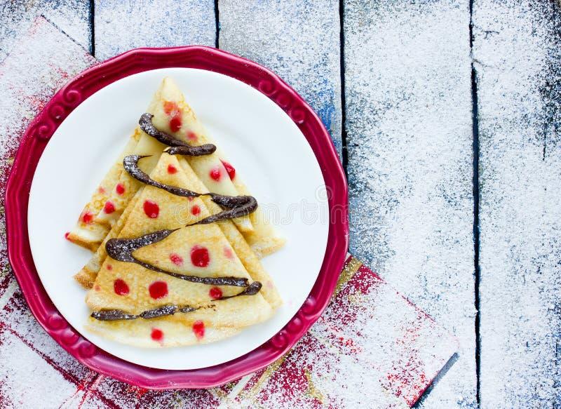 Wyśmienicie śniadaniowych krep kształtna choinka z czekoladą zdjęcia royalty free