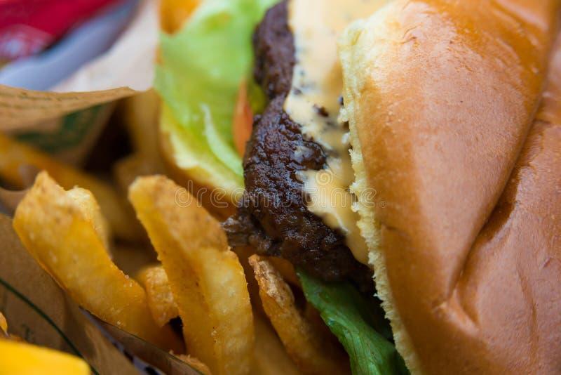Wyśmienicie świeży hamburgeru zakończenie up Selekcyjna ostrość z płytką głębią pole zdjęcie stock
