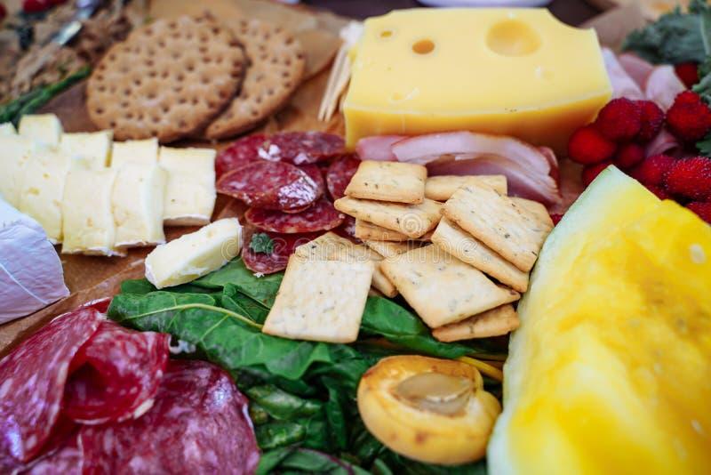 Wyśmienicie asortyment przekąski, ser, jamon, świeża owoc i jagody, fotografia royalty free