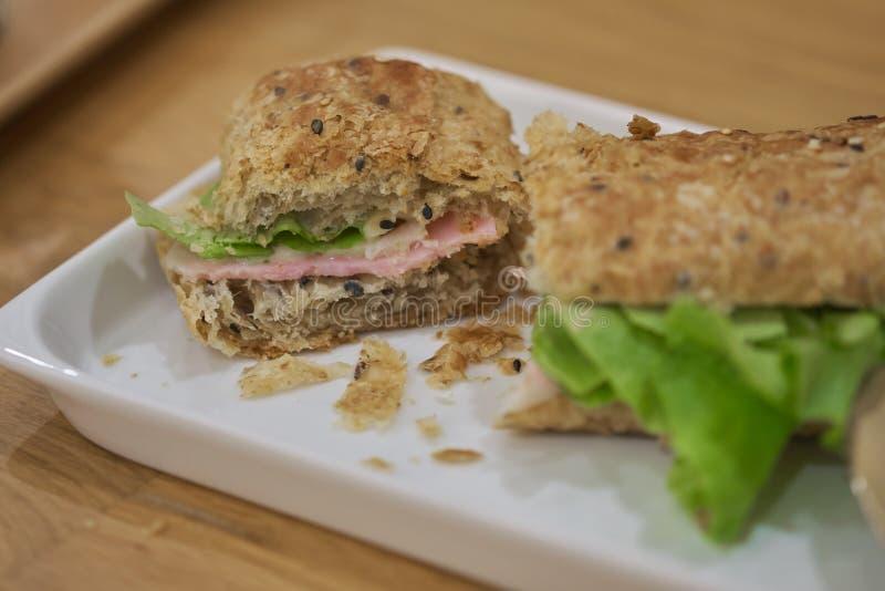 Wyśmienicie baleron i serowa kanapka na bielu talerzu zdjęcia stock