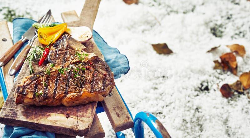 Wyśmienicie barbecued kość stek z ziele obraz stock