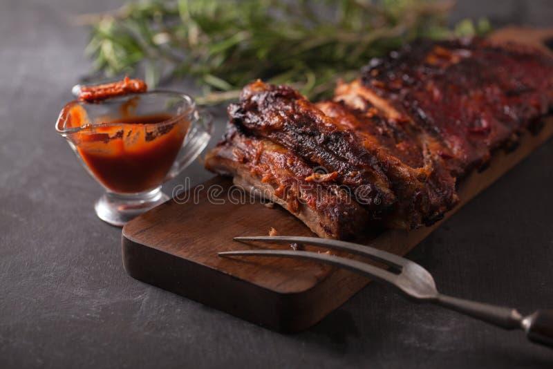 Wyśmienicie barbecued ziobro przyprawiali z korzennym fastrygowanie kumberlandem fotografia stock