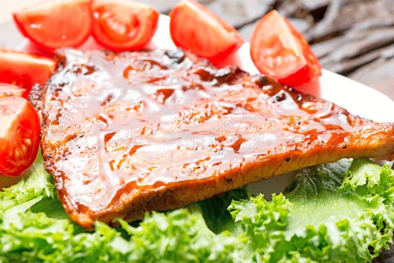 Wyśmienicie barbecued ziobro przyprawiali z korzennym fastrygowanie kumberlandem obraz stock