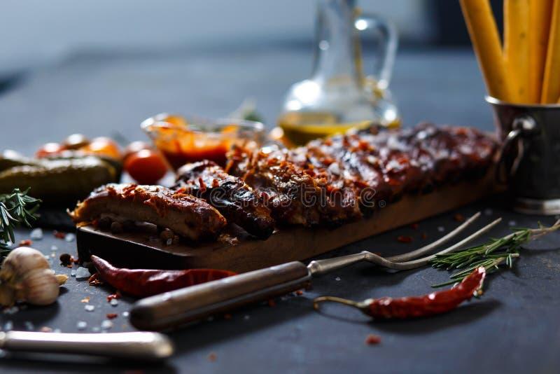 Wyśmienicie barbecued ziobro przyprawiali z korzennym fastrygowanie kumberlandem i słuzyć z siekają zdjęcie stock