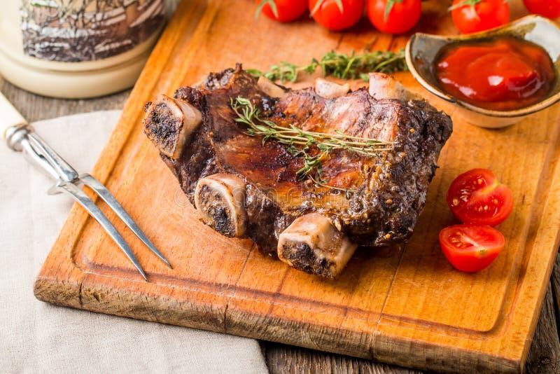Wyśmienicie barbecued ziobro przyprawiali z korzennym kumberlandem zdjęcie royalty free