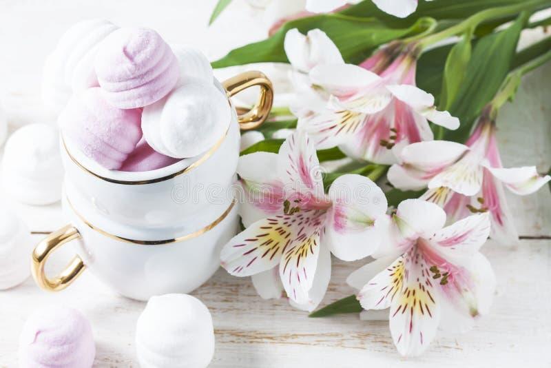 Wyśmienicie biali i różowi marshmallows w filiżance obraz royalty free