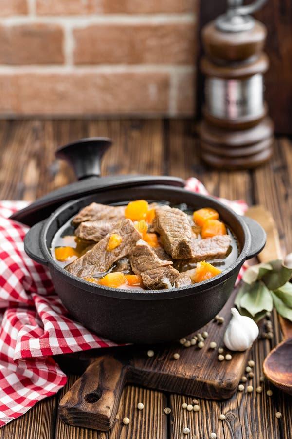 Wyśmienicie braised wołowiny mięso w rosole z warzywami, goulash obraz stock