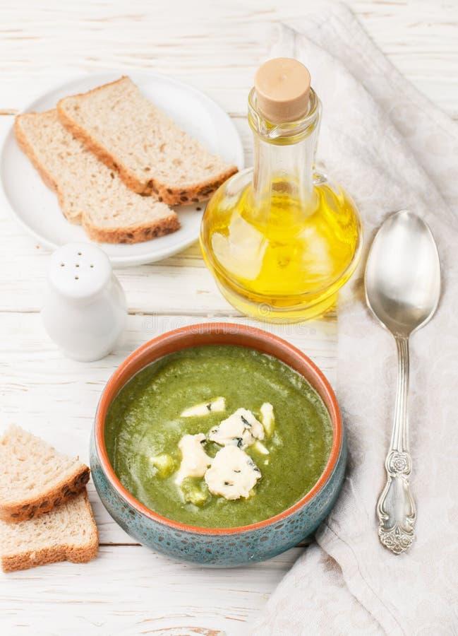 Wyśmienicie brokułów kremowa polewka z błękitnym serem zdjęcia stock