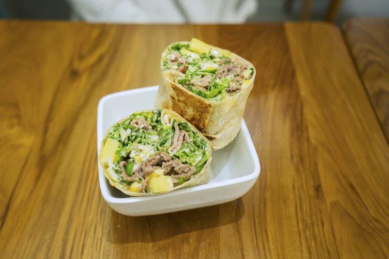 Wyśmienicie burrito słuzyć w pucharze fotografia royalty free