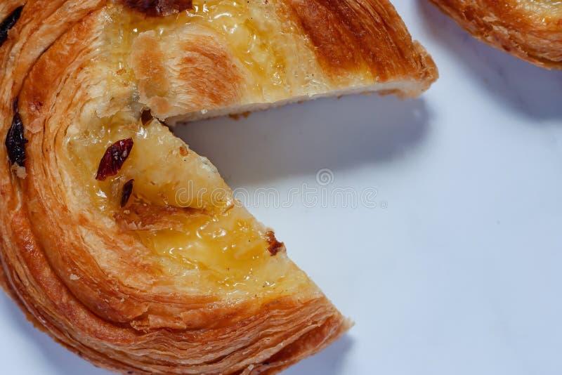 Wyśmienicie chleb na bielu marmuru tle zdjęcia stock