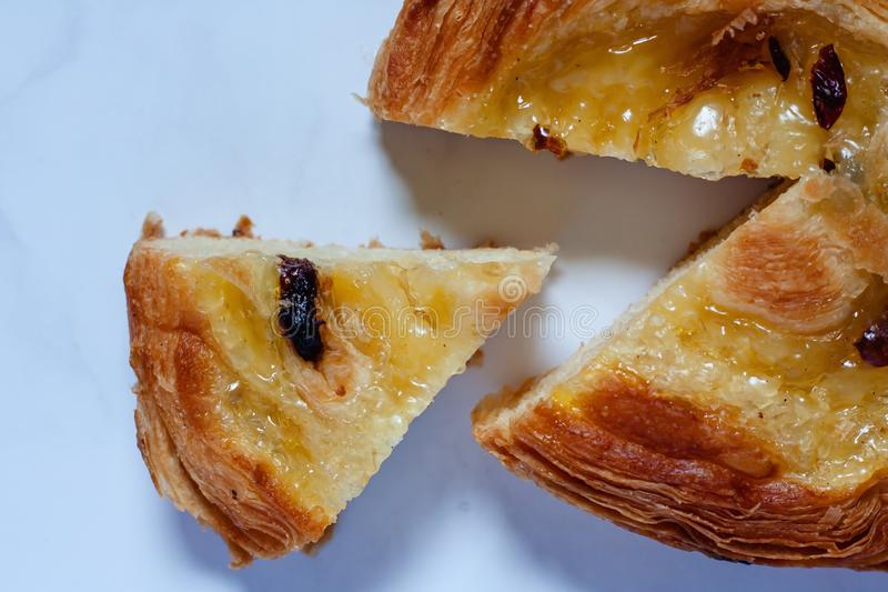 Wyśmienicie chleb na bielu marmuru tle fotografia royalty free