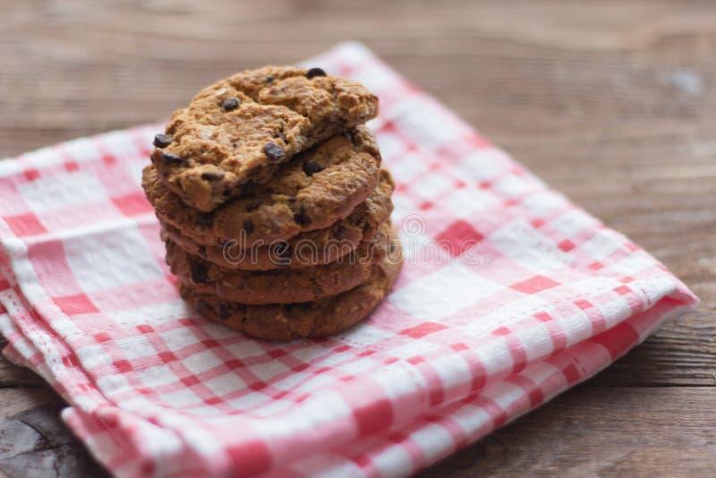 Wyśmienicie crispy oatmeal ciastka z czekoladowymi układami scalonymi na pielusze obrazy royalty free
