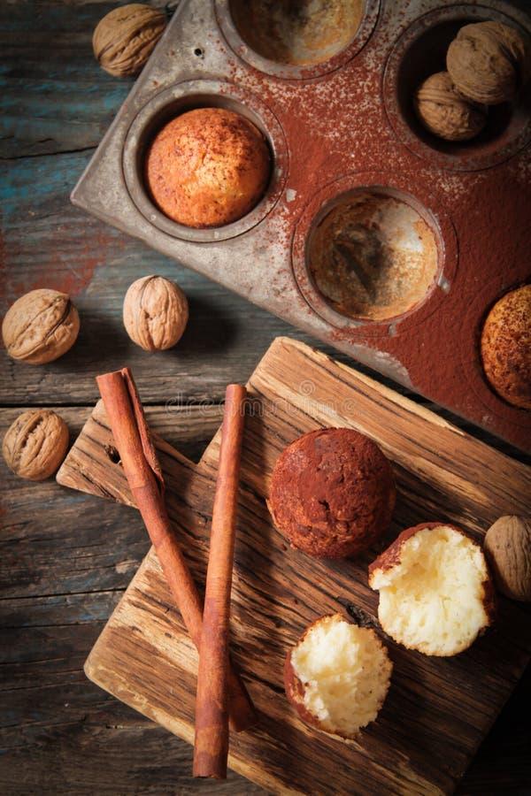 wyśmienicie cytryn muffins z herbacianym i kawa romantyczna obrazy stock