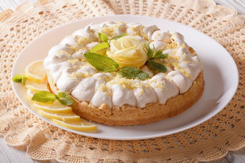 Wyśmienicie cytryny bezy kulebiak na talerzu horyzontalny fotografia stock