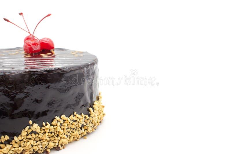 Wyśmienicie czekoladowego torta dekorować wiśnie i dokrętki obrazy royalty free