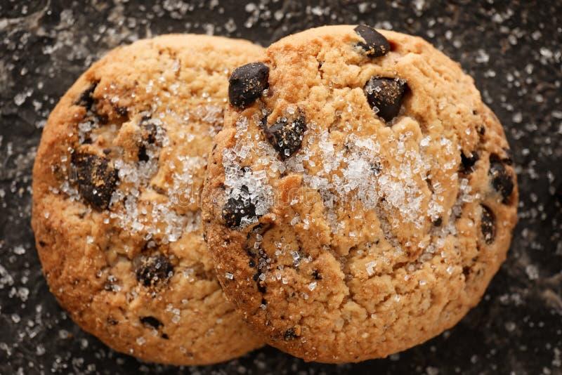 Wyśmienicie czekoladowego układu scalonego ciastka z cukierem na ciemnym tle obrazy stock