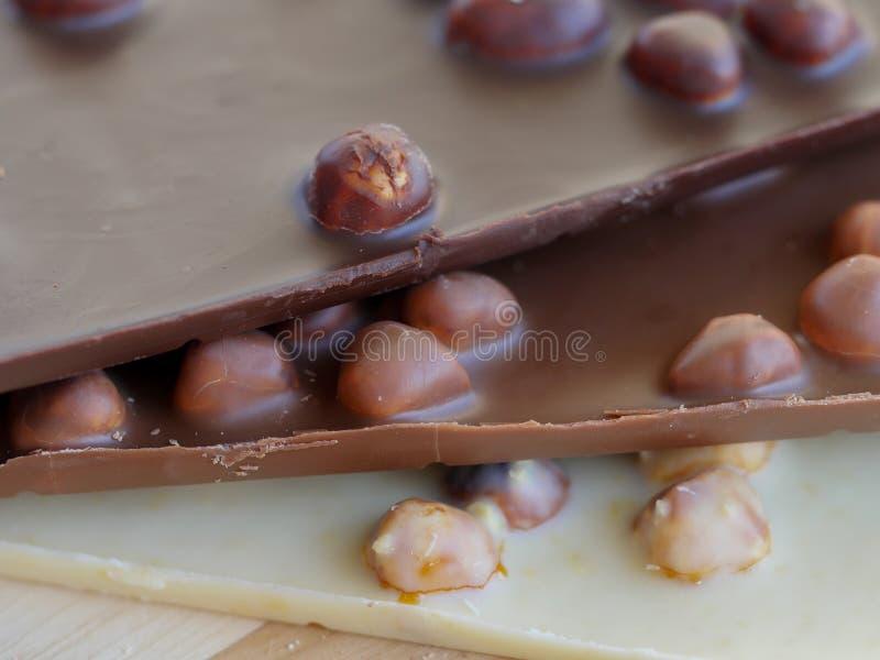 Wyśmienicie czekoladowi bary z hazelnuts obraz stock