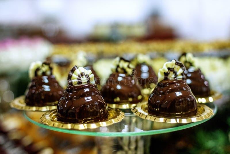 Wyśmienicie czekoladowi torty na szklanej tacy Pojęcia jedzenie, deser obraz royalty free