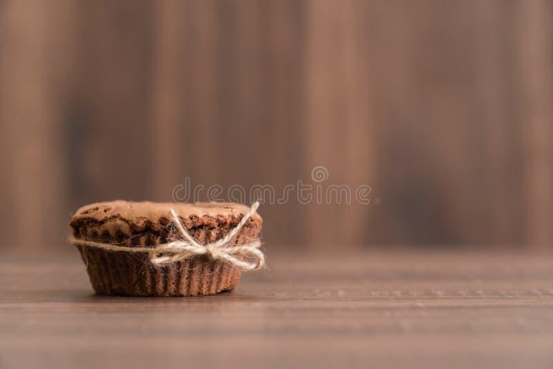Wyśmienicie czekoladowy lawa tort na stole z naturalnym jutowym skrętem, po prostu ustawionym, szczegół zdjęcia stock