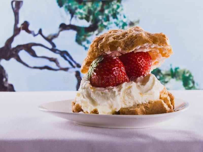 Wyśmienicie deseru chuch z truskawką i batożącą śmietanką Lato zdjęcie royalty free