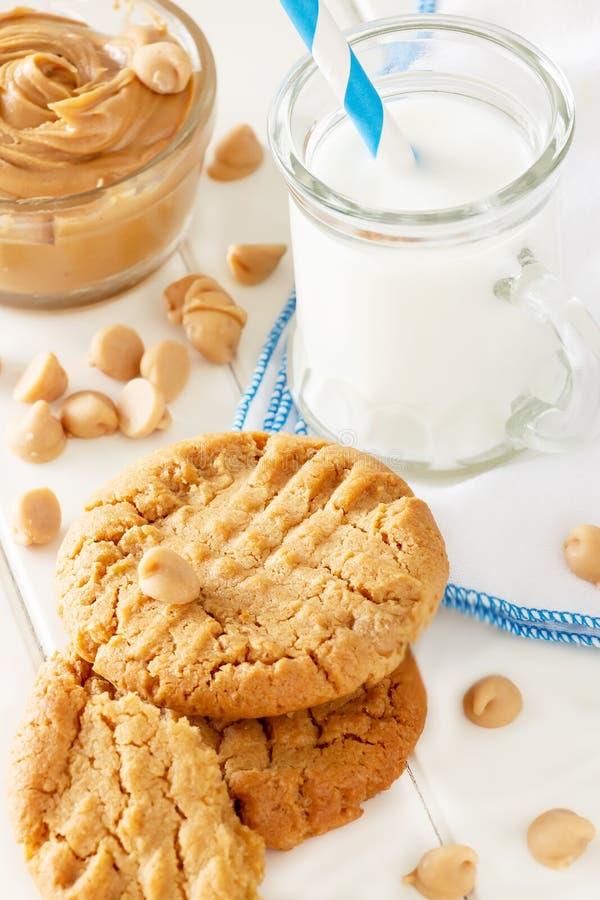 Wyśmienicie domowej roboty maseł orzechowych ciastka z kubkiem mleko biały tła drewniane Zdrowa przekąska lub smakowity śniadanio zdjęcie stock