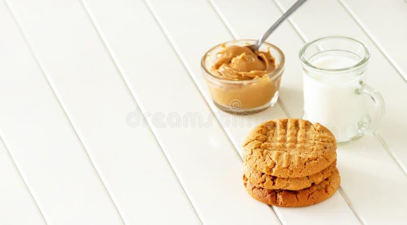 Wyśmienicie domowej roboty maseł orzechowych ciastka z kubkiem mleko Zdrowa przekąska lub smakowity śniadaniowy pojęcie Sztandaru fotografia royalty free