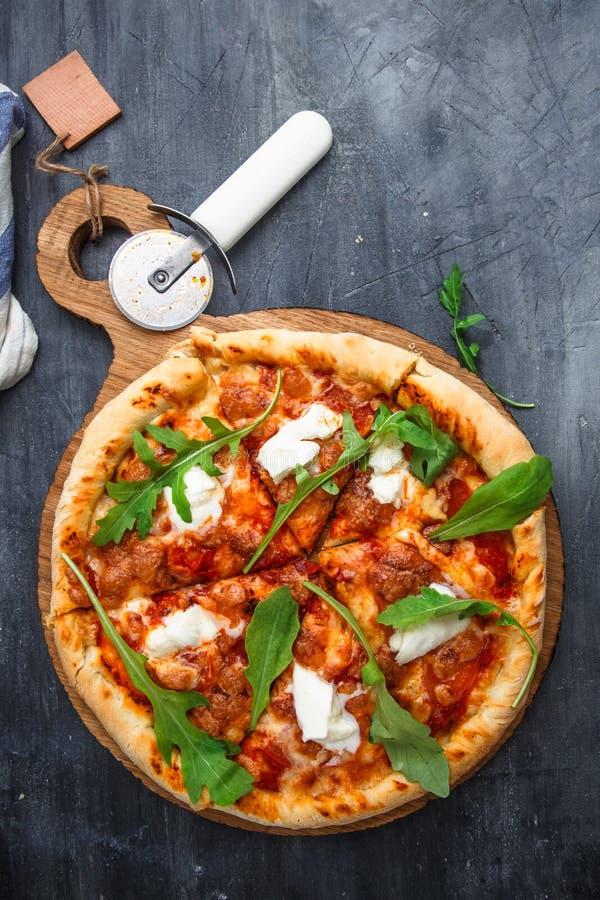 Wyśmienicie domowej roboty pizza Margherita z pomidorem, mozarella i basilem, Odgórny widok zdjęcia royalty free