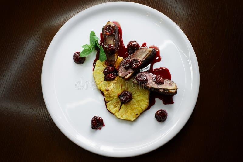 Wyśmienicie gość restauracji na talerzach na ciemnego tła odgórnym widoku obraz stock