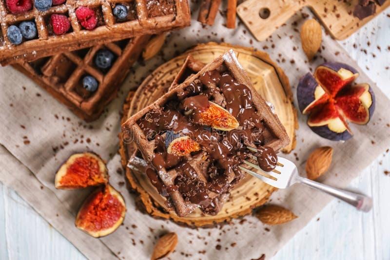 Wyśmienicie gofry z figa plasterkami i czekoladowy kumberland na drewnianej desce zdjęcia royalty free