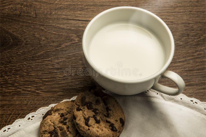 Wyśmienicie gorąca filiżanka mleko, śniadanie zdjęcia royalty free