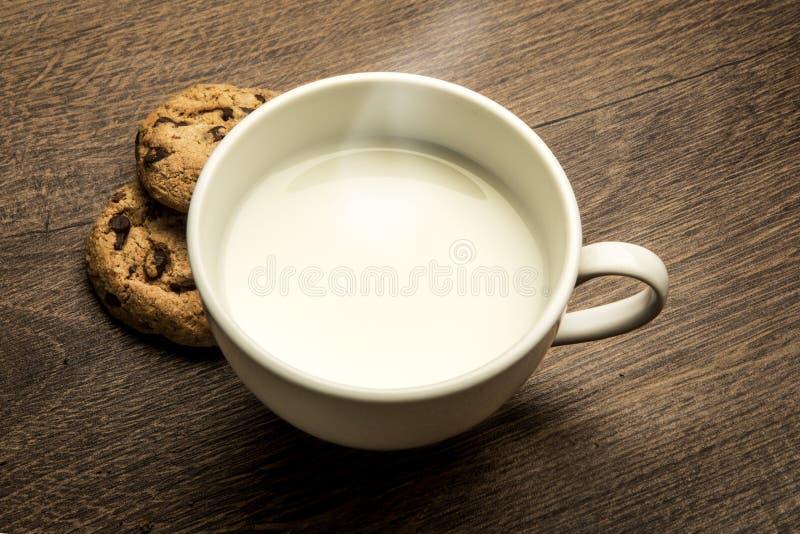Wyśmienicie gorąca filiżanka mleko, śniadanie fotografia royalty free