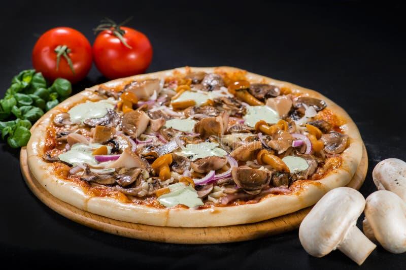 Wyśmienicie gorąca Pieczarkowa pizza z mozzarellą, wołowina, champigon, p obraz stock