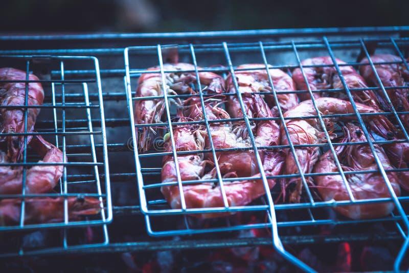 Wyśmienicie grill krewetki gotuje na grillu z gorącym czerwonym węglem drzewnym fotografia stock
