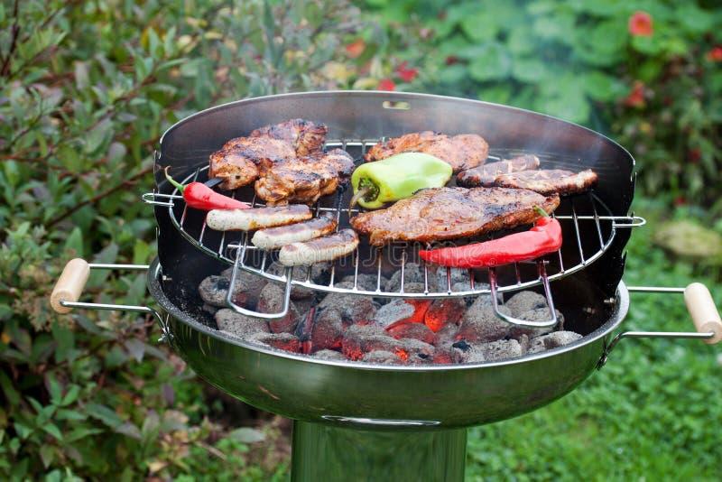 Wyśmienicie grilla mięso i hot dog zdjęcie royalty free