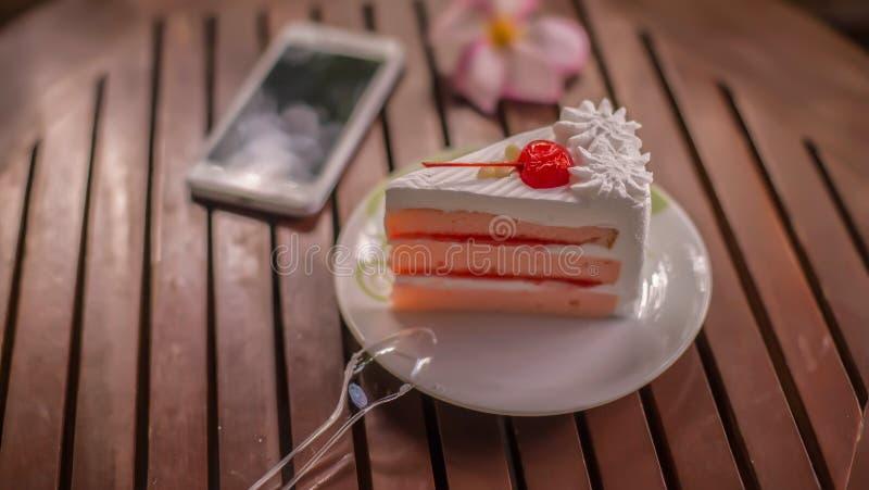 Wyśmienicie i wyśmienicie jeść torty zdjęcie royalty free