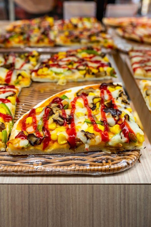 Wyśmienicie jarska pizza nakrywająca z ketchupem dla sprzedaży w patisserie obrazy stock