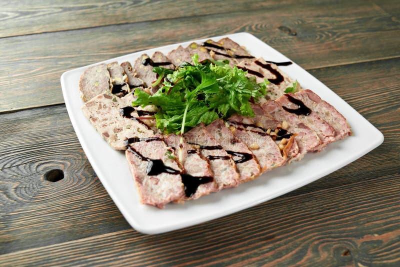 Wyśmienicie jedzenie na drewnianym stole obraz stock