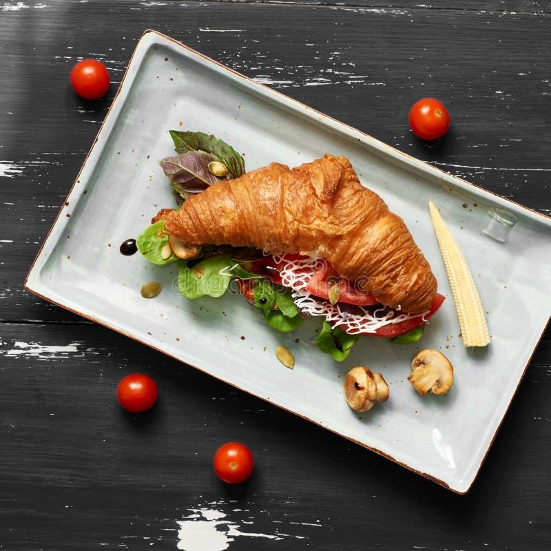 Wyśmienicie kanapka robić croissant wypełniał z warzywami fotografia stock