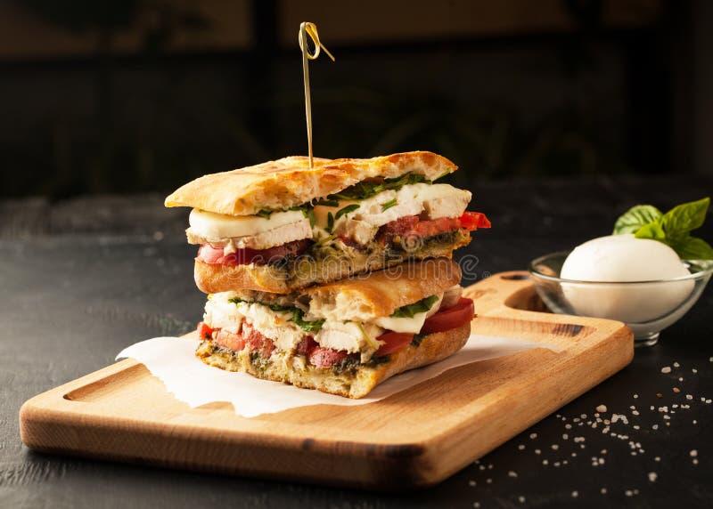 Wyśmienicie kanapka z kurczaka i mozzarelli serem zdjęcie stock