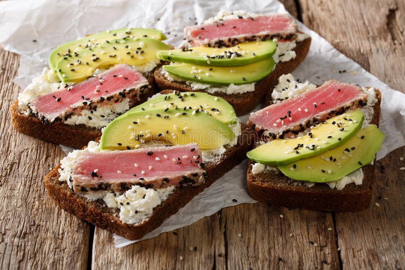 Wyśmienicie kanapki z tuńczykiem, sezamem, avocado i cottag smażącymi, fotografia royalty free