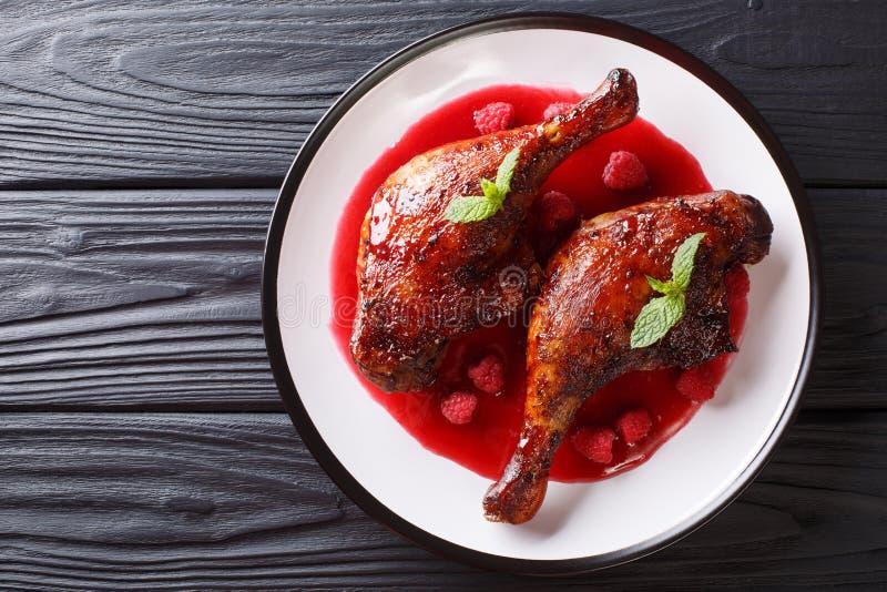 Wyśmienicie karmowy smakosz: smażyć kaczek nogi słuzyć z malinkę sa obrazy royalty free