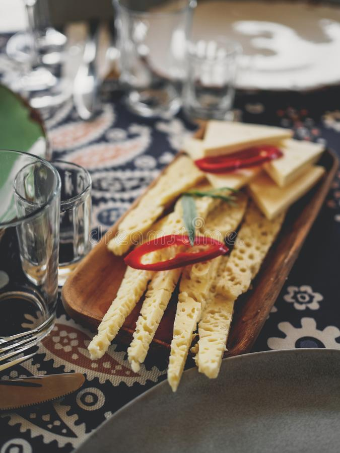 wyśmienicie kawałki sera i chili pieprz na stole w domu zdjęcia stock