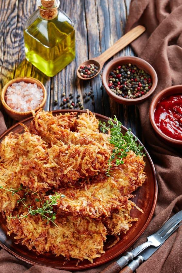 Wyśmienicie kraciasta grula breaded wieprzowina kotleciki na glina talerzu na nieociosanym drewnianym stole z pomidorowym kumberl obraz royalty free