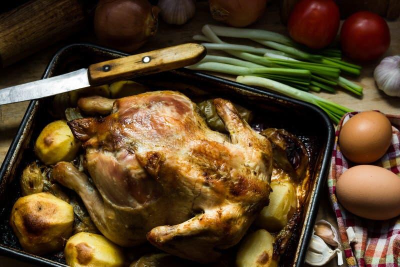 Wyśmienicie kraju stylu piec kurczak z jabłko grulami w pieczenie formie na kuchennym stole, Eas zdjęcie stock