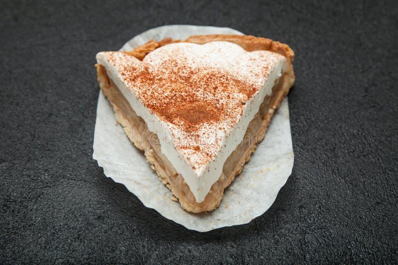Wyśmienicie kwaśnej śmietanki tort z jabłczaną warstwą Czarny t?o fotografia stock