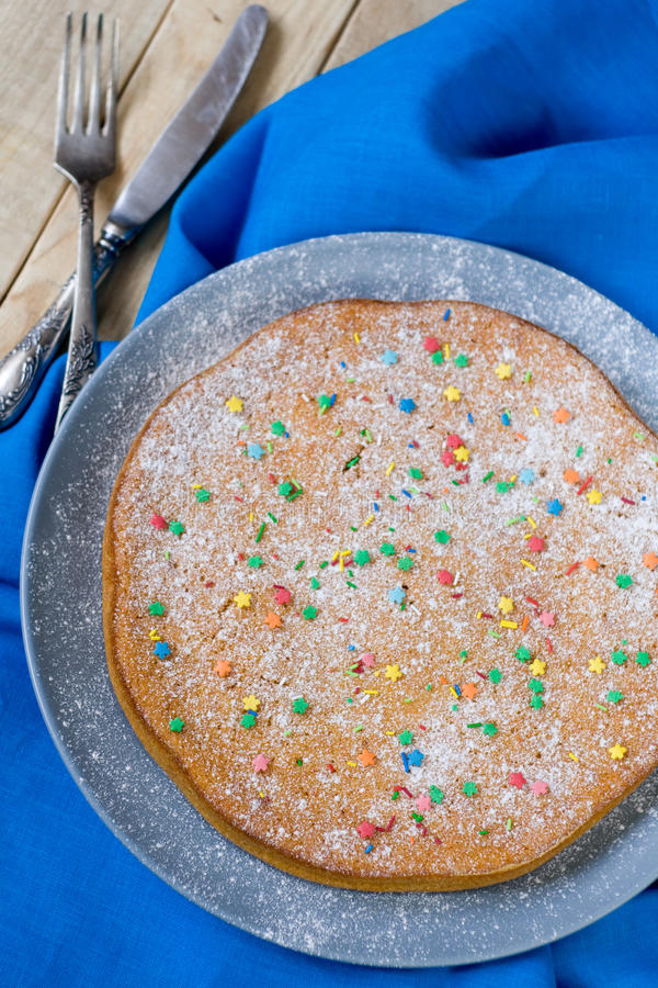 Download Wyśmienicie Marchwiany Tort Na Półkowym Lying On The Beach Na Szarość Zdjęcie Stock - Obraz złożonej z talerz, jedzenie: 53781456