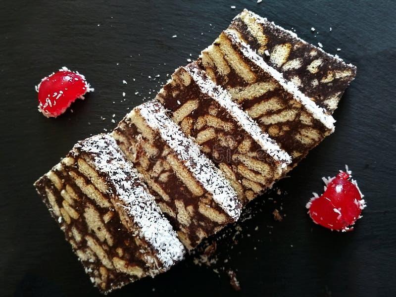 Wyśmienicie Marmurowego torta plasterki Na zmroku łupku tle fotografia royalty free